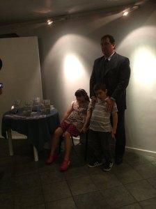 Juan A. Siegenthaler, autor del libro, y sus hijos