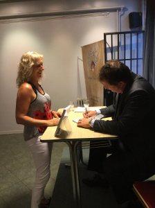 El autor firma ejemplares luego de la presentación